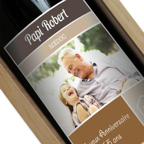 Bouteille de vin avec étiquette marron personnalisée photo