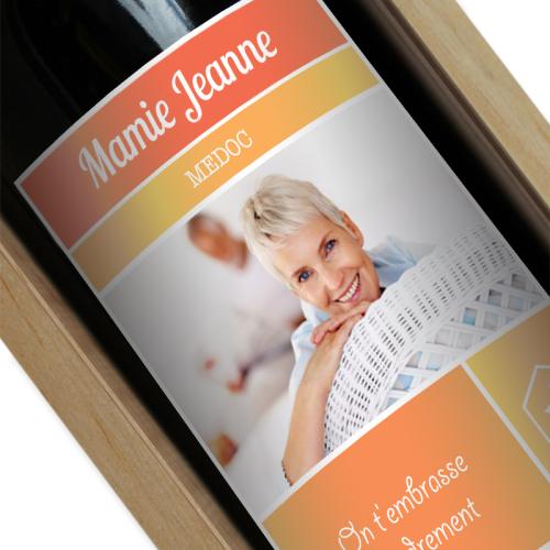 Bouteille de vin avec étiquette orange personnalisée photo