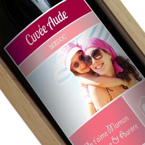 Bouteille de vin avec étiquette rose personnalisée photo