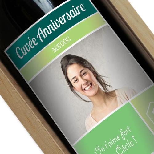 Bouteille de vin avec étiquette verte personnalisée photo