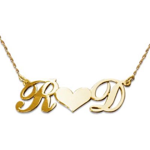 Des initiales sur un collier coeur