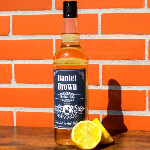 Bouteille de whisky avec étiquette personnalisée