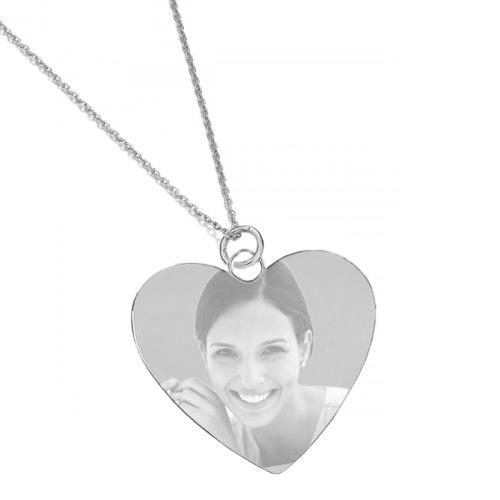 Un pendentif argenté coeur gravé