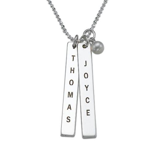 Un collier avec plaques gravées prénoms