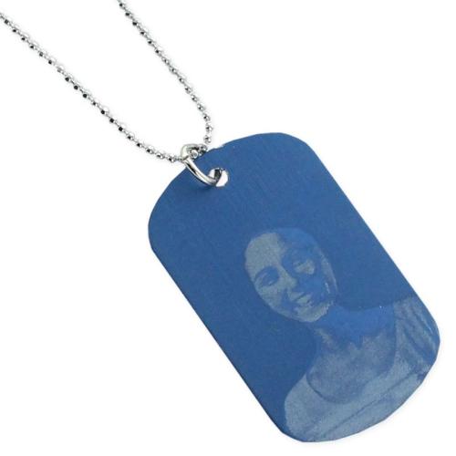 Pendentif plaque bleue gravé avec une photo