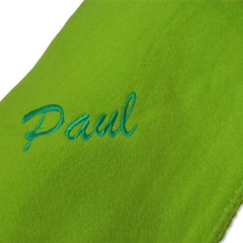 Un plaid polaire vert avec broderie prénom
